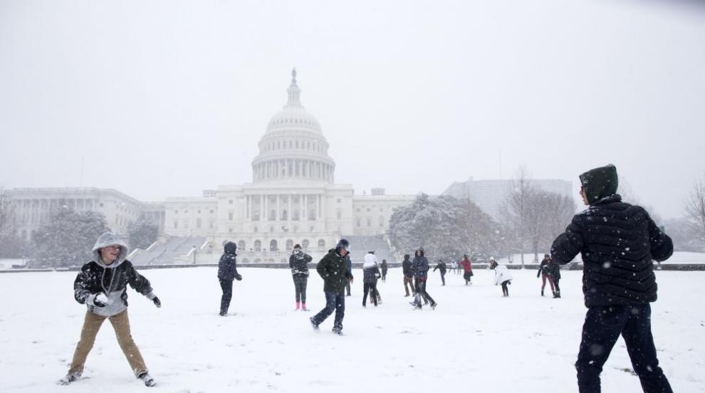 Снежна буря в САЩ: отменени полети, затворени училища