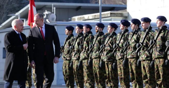 Румен Радев посети военно-въздушна база в Швейцария (СНИМКИ) С официална