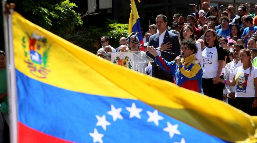 Венецуелски войници избягаха в Колумбия, а по границата избухнаха сблъсъци