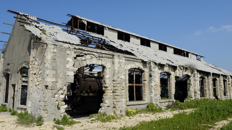 През 1975 г. гарата е изоставена и силно повредена по време на гражданската война (1975 - 1991 г.).