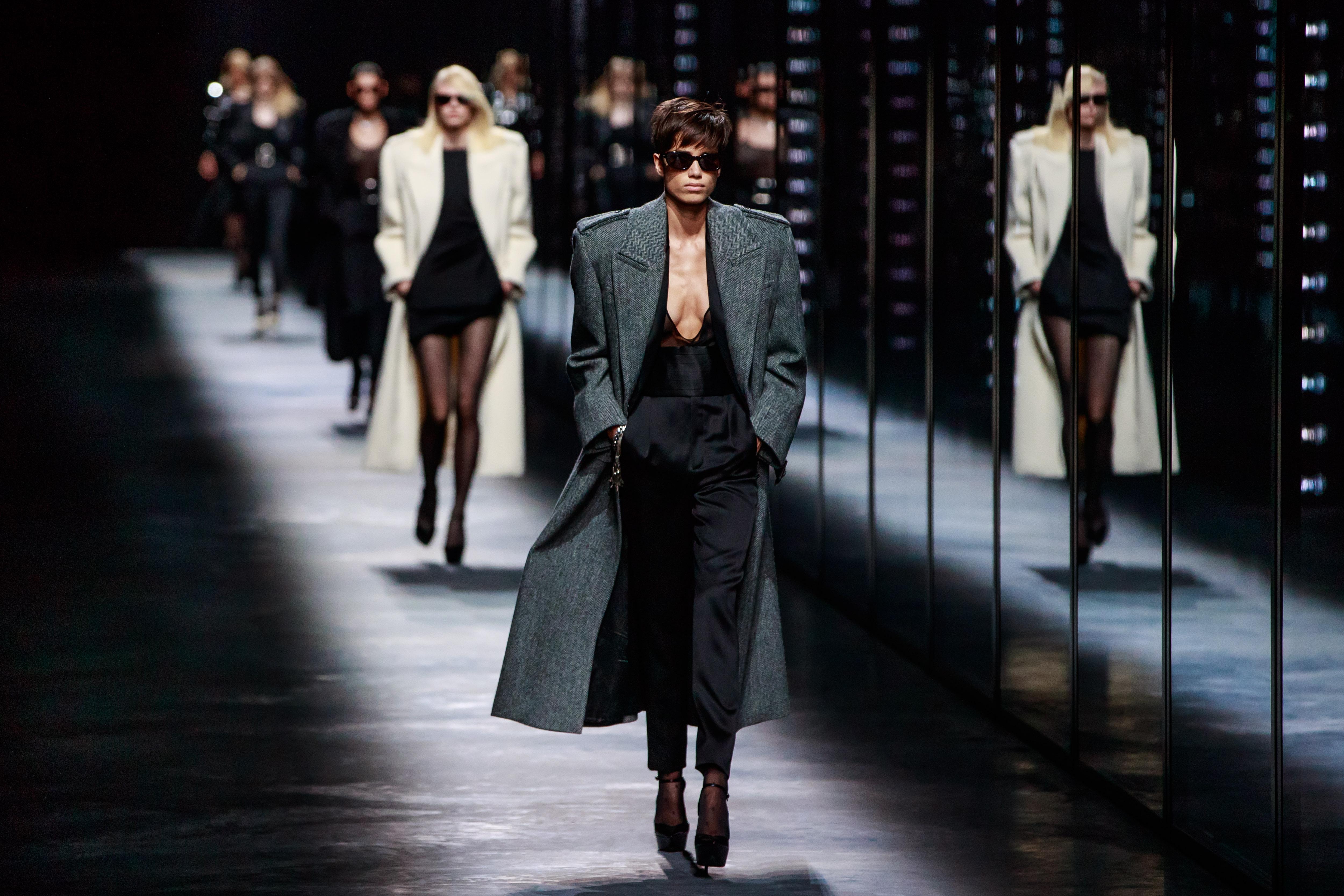 """Стартира седмицата на модата във френската столица Париж. Това е ревюто на модна къща """"Ив Сен Лоран""""."""