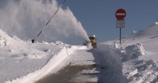 Три автомобила закъсаха на пътя Шипка-Бузлуджа в снежните преспи. Малко