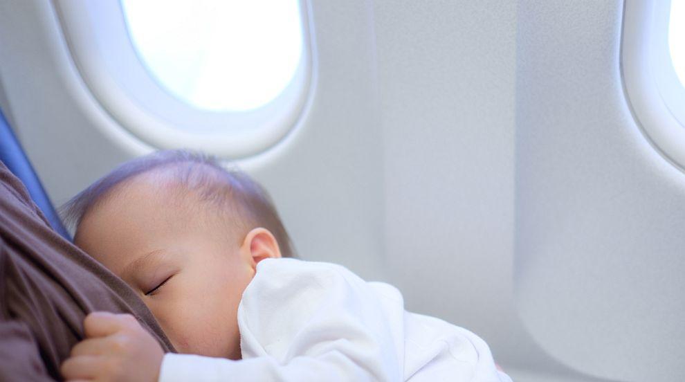 Загрижена майка трогна с мил жест пътниците в самолет