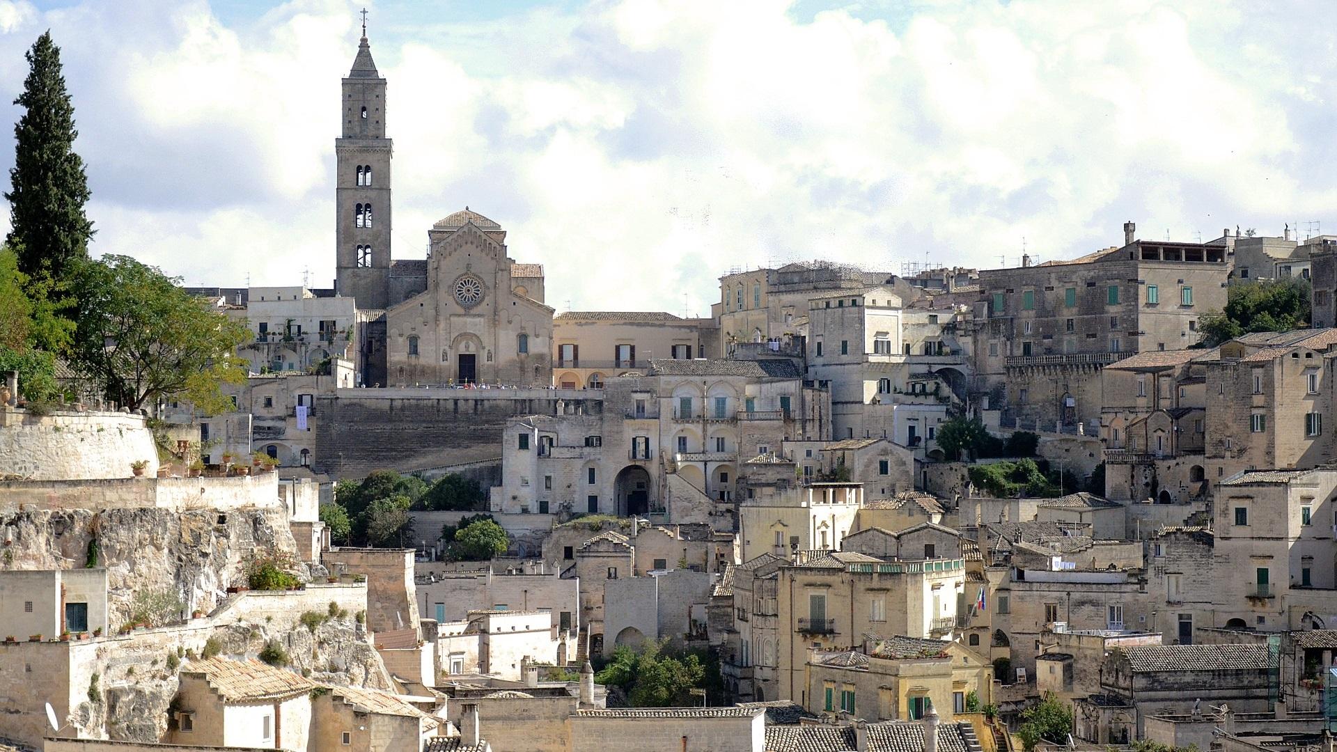 Матера, Италия<br /> <br /> Разположен в южната част на Италия, град Матера е най-известен с белите конструкции на Саси, издълбани в неговите варовикови хълмове, които го превърнаха в част от световното културно наследство на ЮНЕСКО. Ази година Матера е европейска столица на културата, заедно с българския Пловдив.