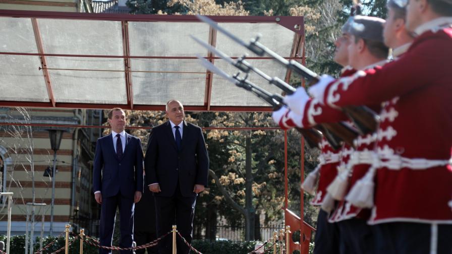 <p><strong>Борисов посрещна Медведев</strong> с държавни почести</p>