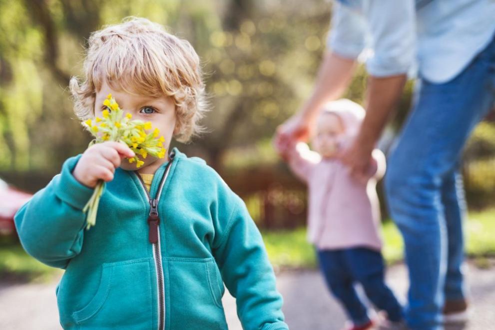 времето деца  цветя пролет