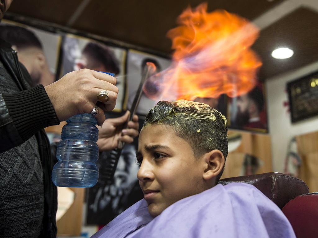 Изправянето на косата става популярно в квартала, тъй като струва само 30 египетски лири (по-малко от два щатски долара) в сравнение с други методи, използващи кератин, които струват над 300 EGP (17 щатски долара).