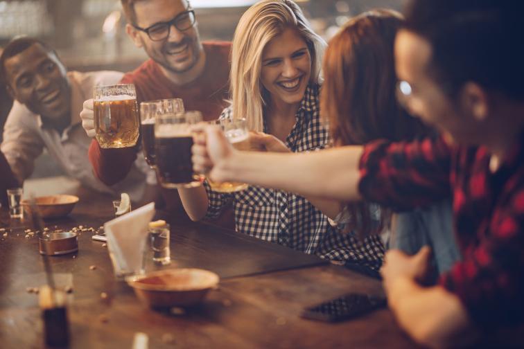 бира приятели семейство щастие