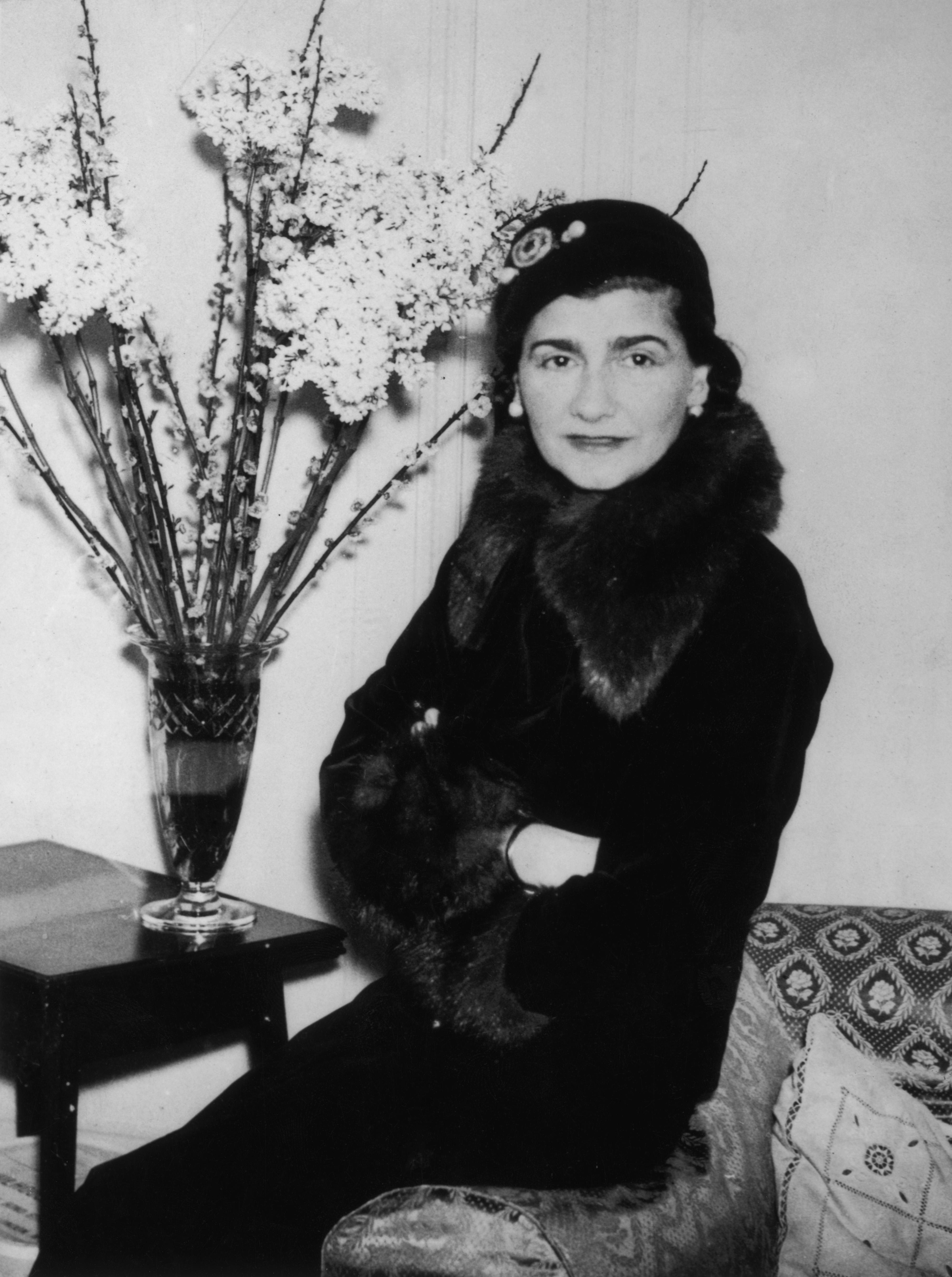 Коко Шанеле модернистка, революционизирала женскатамодас включване в нея на мъжки елементи, една от най-влиятелните фигури в модата на 20 век. Определяна е като пионер в модата.Благодарение на въздействието, което Коко Шанел оказва върху модата като цяло,списаниеTIMEя включва в класацията за 100-те най-влиятелни личности на 20 век, единственият представител от света на модата в класацията.