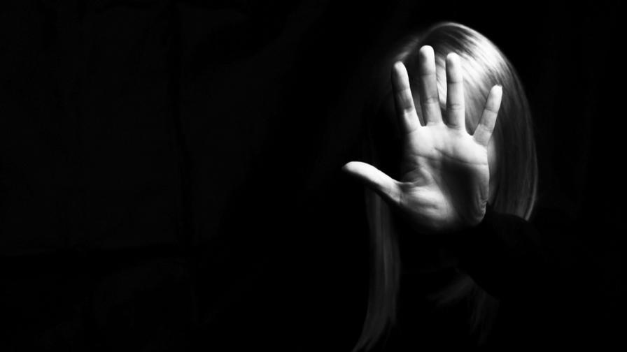 Жесток побой над жена, издирват насилника