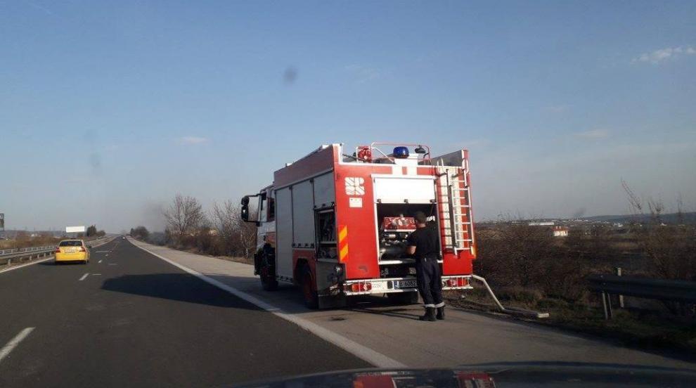 Пожарникари в Плевенско гасиха огнища в сухи треви