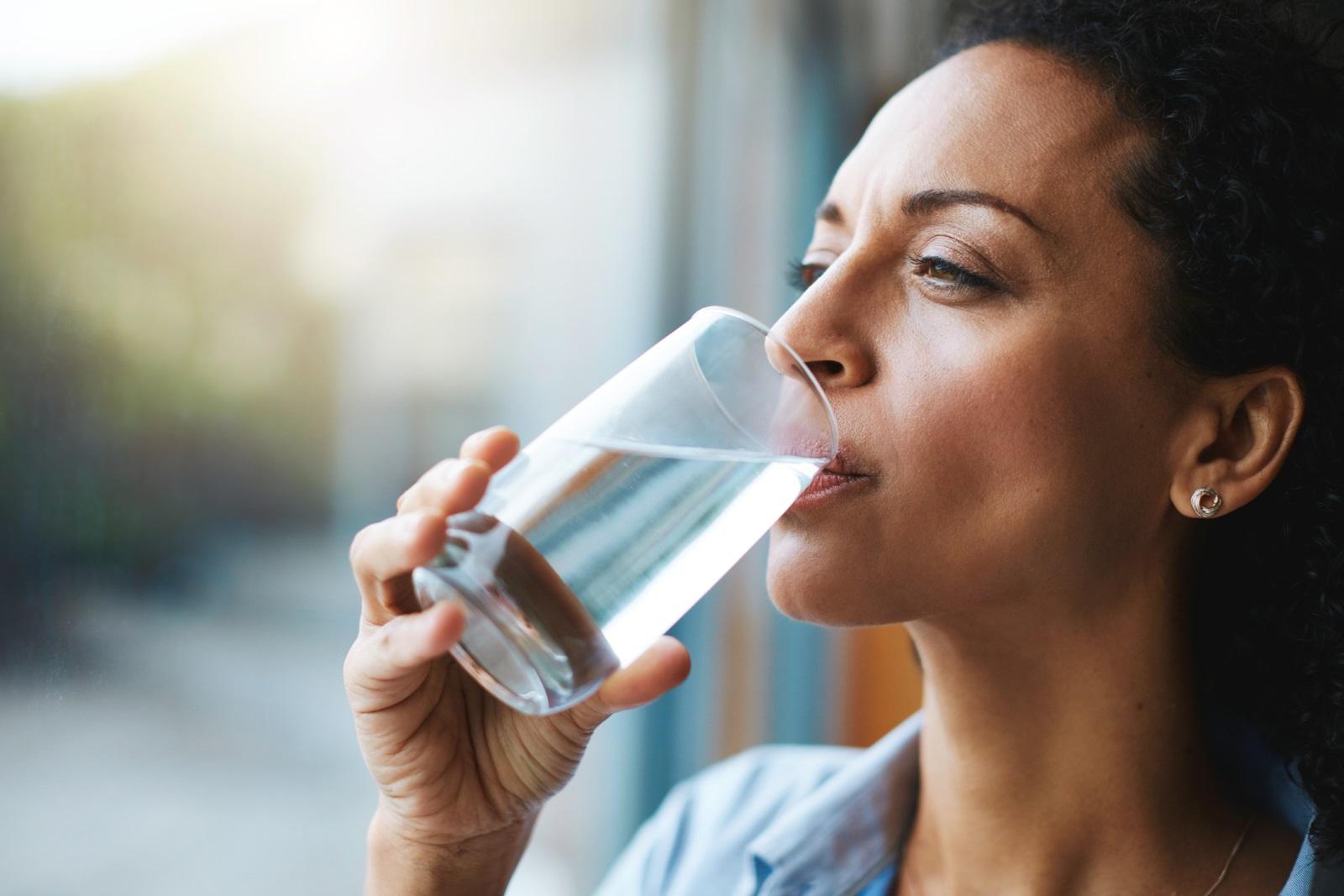 Пиенето на топла вода сутрин преди закускапомага срещу пикочните инфекциии намалява киселините в стомаха.