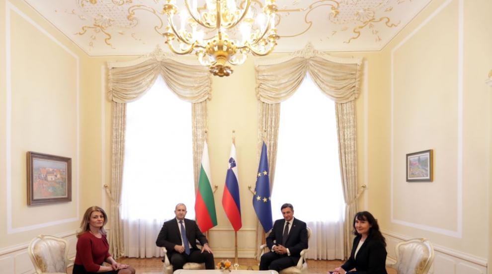 Словенският президент се пошегува със следи от червило по бузата от Деси...