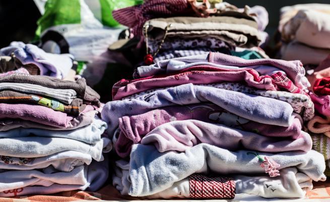 Митничари задържаха над 6 хиляди облекла с лого на световни марки