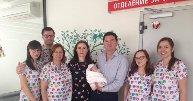 Две бебета-герои, родили се под 1 килограм и прекарали месеци