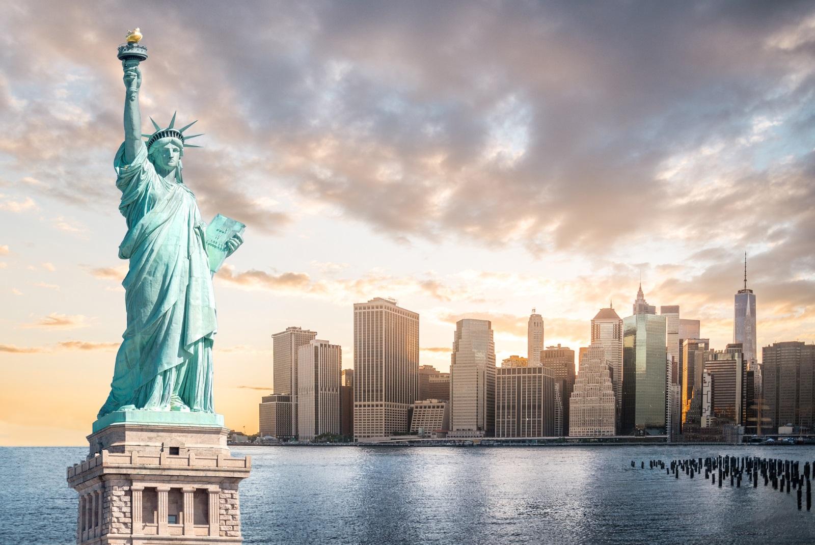 Не са много туристите в Ню Йорк, които знаят, че има малка стаичка във факлата на Статуята на свободата. През 1916 г. факелът бил повреден при експлозия, а достъпът на туристи към него - затворен завинаги.
