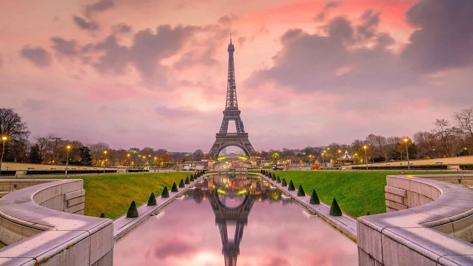 Айфеловата кула е една от най-известните забележителности в света, поради което Париж посреща милиони туристи година след година. Може обаче да се изненадате да научите, че в историческата забележителност има таен апартамент.