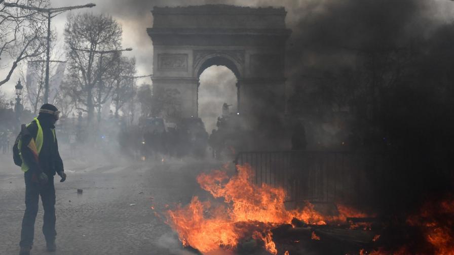 Сблъсъци в Париж, пожар и пострадали