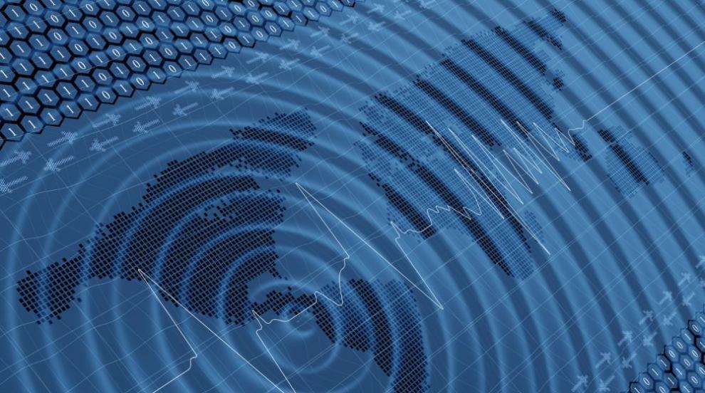 При труса на Филипините: Видео показва разлива на вода от басейн на покрива...
