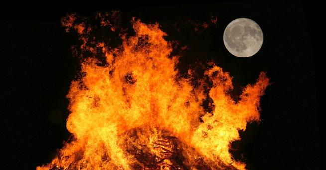 Жители на австрийския град Лустенау запалиха най-високия огън на открито