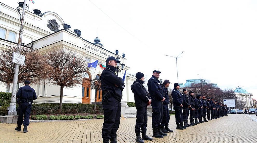 Полицаите на протест: Без извънреден труд, ако не им се плати дължимото