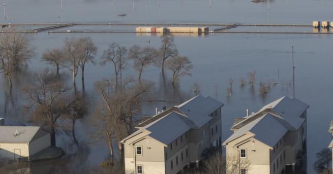 Равнището на водите продължи да се покачва и в понеделник