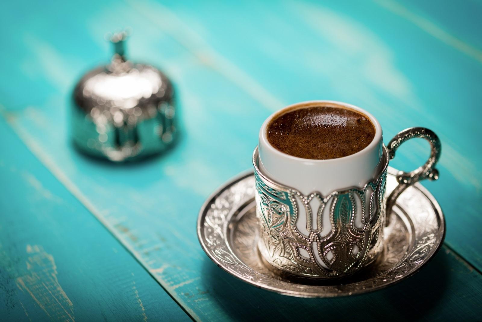 Кафето за младоженеца е солено<br /> Кафето е в центъра и на друга турска традиция - когато бъдещият младоженец идва със семейството си да иска ръката на булката от баща ѝ,му се поднасясолено турско кафе. Преди десетилетия традицията е била такава, че ако момичето не иска да се ожени за младежа, то е слагало много сол в неговото кафе, давайки знак, че отказва предложението. С годините обаче, когато предварително договорените бракове намаляват с бързи темпове, традицията се е променила и сега е задължително младоженецът да пие солено кафе по време на обичая.