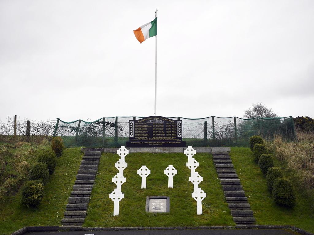 <p>Преди едно поколение, по време на насилието в Северна Ирландия, границата беше осеяна с военни вишки и контролни пунктове. Те изчезнаха след мирното споразумение от Белфаст през 1998 г. и оттогава пътуването и търговията през границата помага за укрепване на мирния процес. Много хора в Северна Ирландия се тревожат от каквито и да е промени, които могат да подкопаят този напредък.</p>