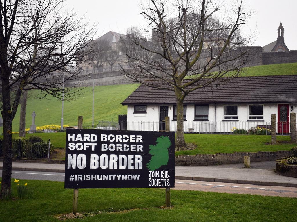 <p>Това ще създаде 500-километрова сухоземна граница с Република Ирландия, която ще остане член на ЕС.</p>