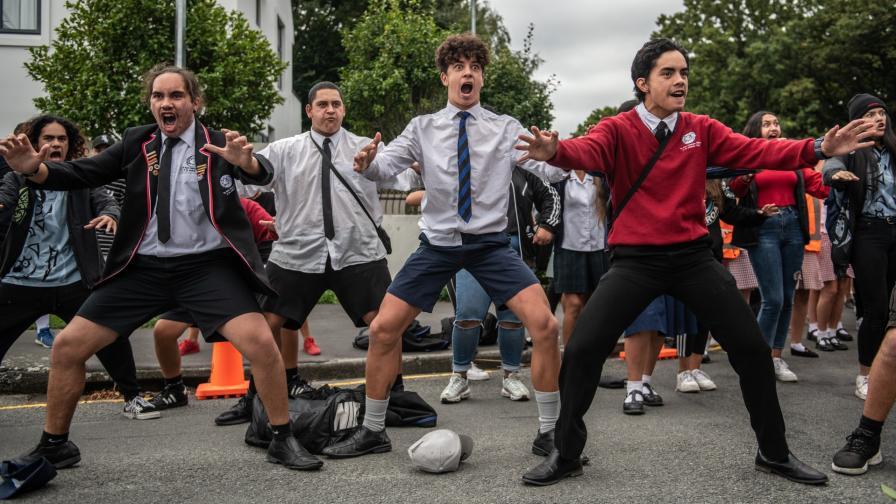 Ученици изпълняват танца хака