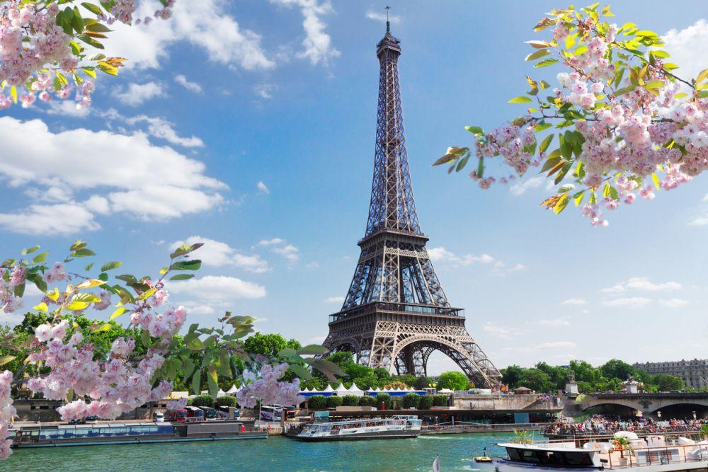 На трето ниво в Айфеловата кула в Париж се намират апартаментите, принадлежали някога на Густав Айфел, където е приемал важни гости, включително и Томас Едисон. Днес, стаята, където в креслата седят манекени на Айфел и Едисон, е отворена за посетители.