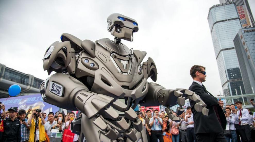 Робот изнася лекция по политология в кулоарите на форум в ОАЕ (ВИДЕО/СНИМКИ)