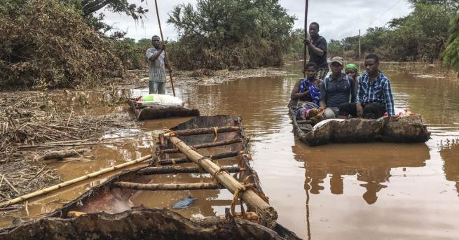 Служители на хуманитарни организации помагат на оцелелите да посрещнат тежките