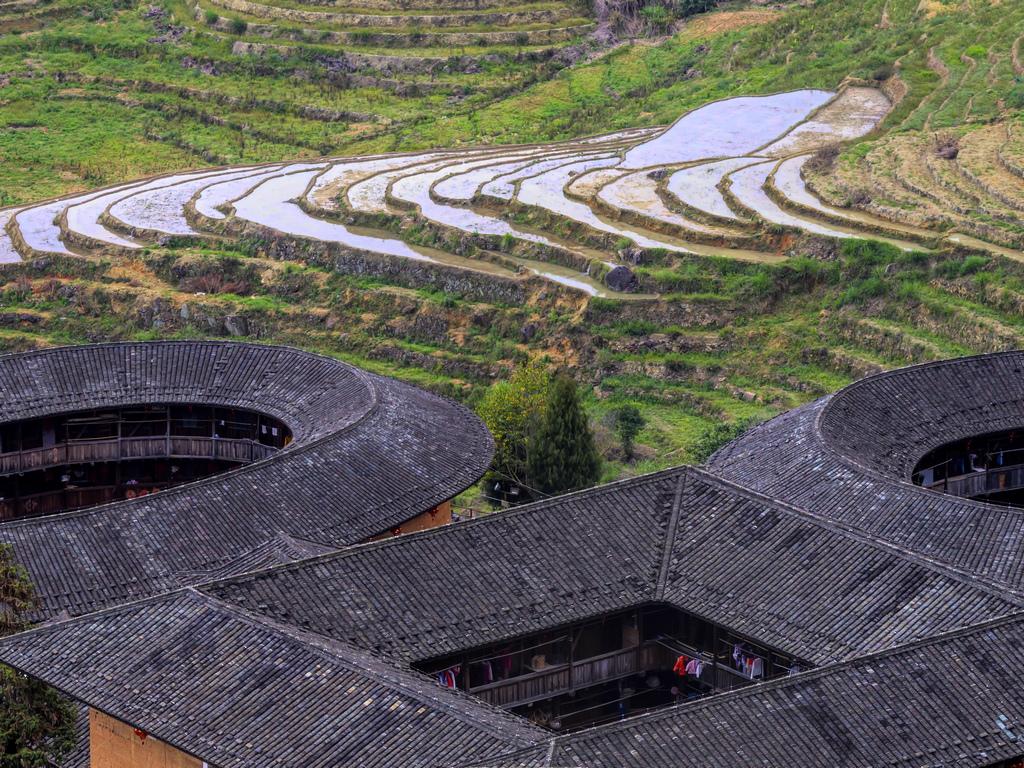 Разположени в планинския югозапад на провинция Фуджиан, построени сред полета от ориз, чай и тютюн, тези общности са по същество и крепости, построени в квадратни или кръгли форми