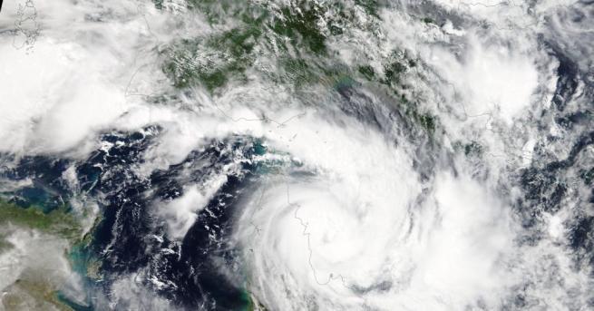 Австралия евакуира около 2000 души заради приближаването на мощен циклон,