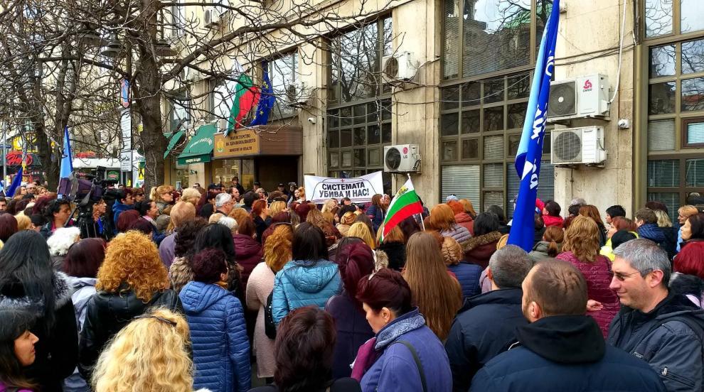 Медицински специалисти протестират пред здравното министерство (СНИМКИ)