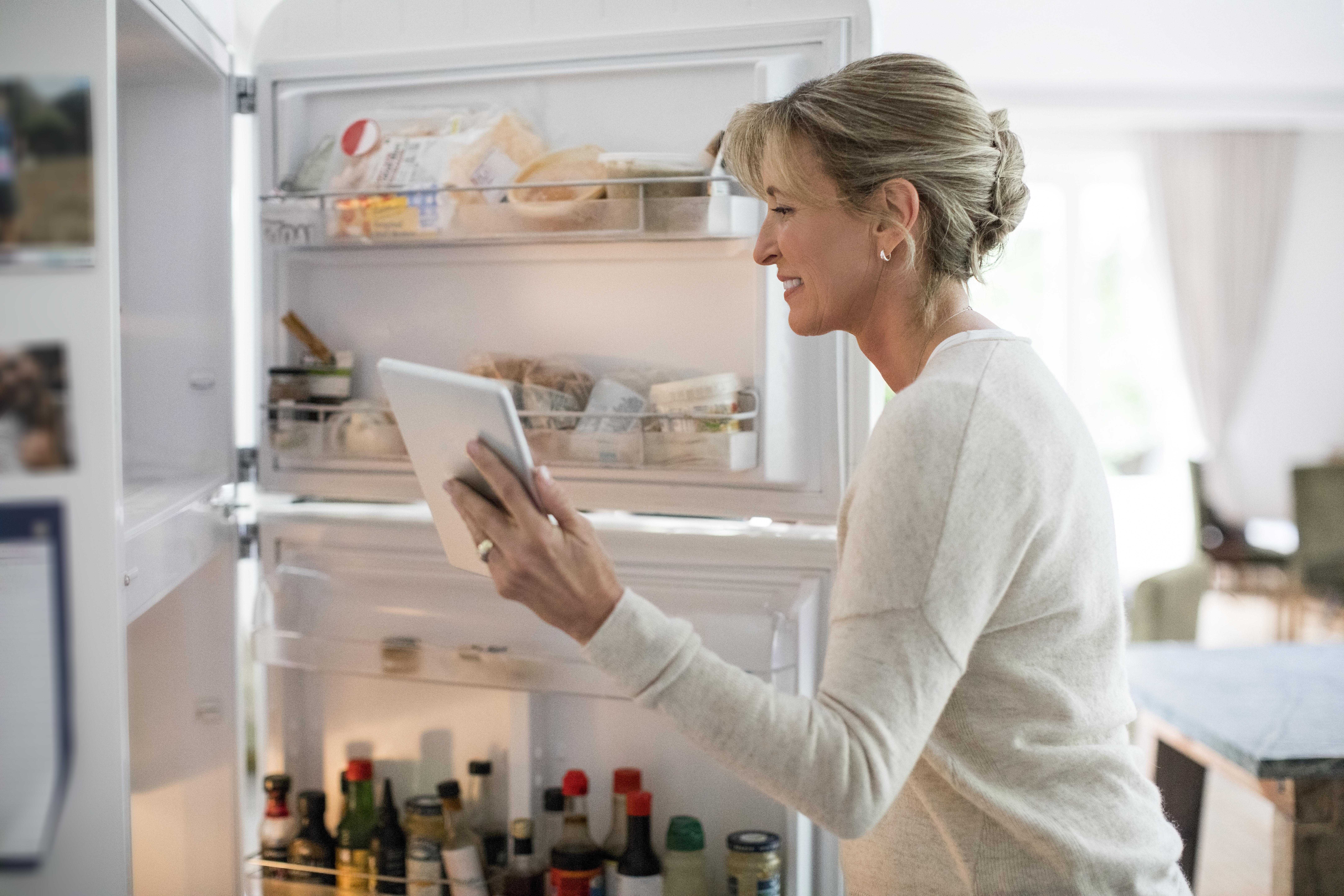 Спазвайте срока на годност.<br /> На опаковките има отбелязани два срока на годност – в затворено състояние и след отваряне. Вторият, естествено, е по-къс. Дори храната да не е с променен вкус, ако е преседяла повече от 24 часа в хладилника, в нея вече са се заселили бактерийки. Пазарувате често и по малко.