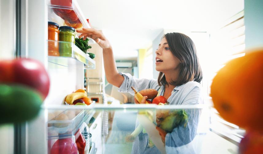 Почиствайте редовно с оцет.<br /> Виненият оцет действа върху бактериите и при ниски температури. Не подминавайте етажерките на вратата и дъното на хладилника, под контейнерите за зеленчуци.