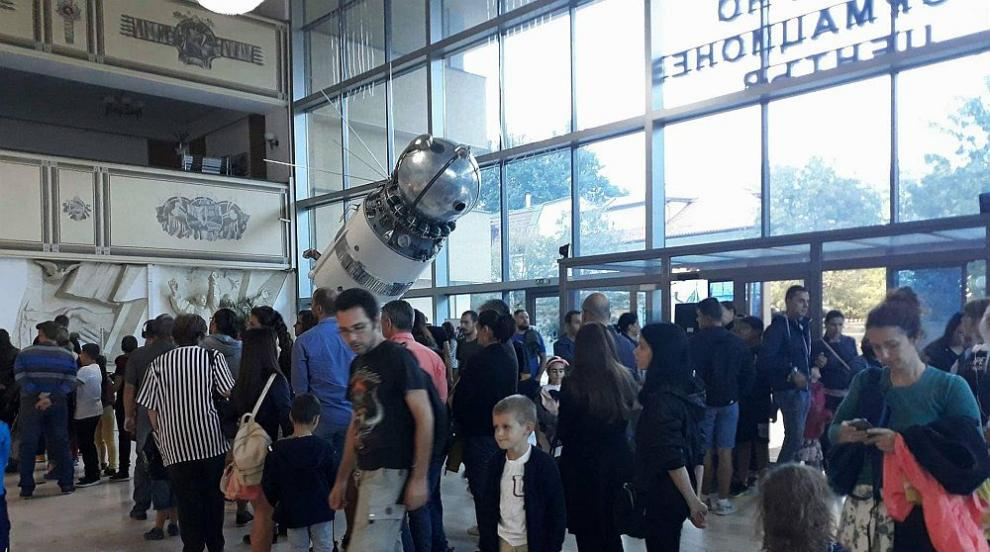Космически атракции и полет със самолет във виртуална реалност за Деня на...