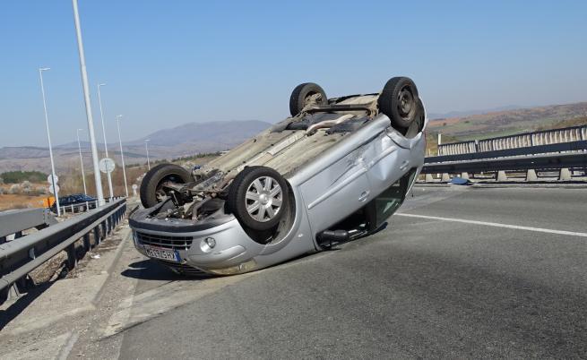 Кола се обърна по таван на автомагистрала