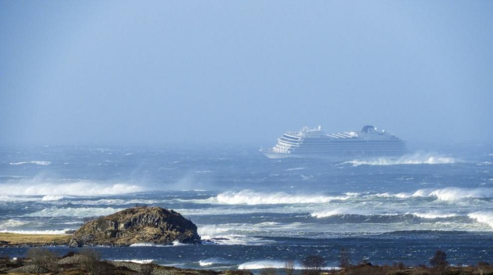 Евакуират пътници от аварирал круизен кораб край Норвегия (СНИМКИ)