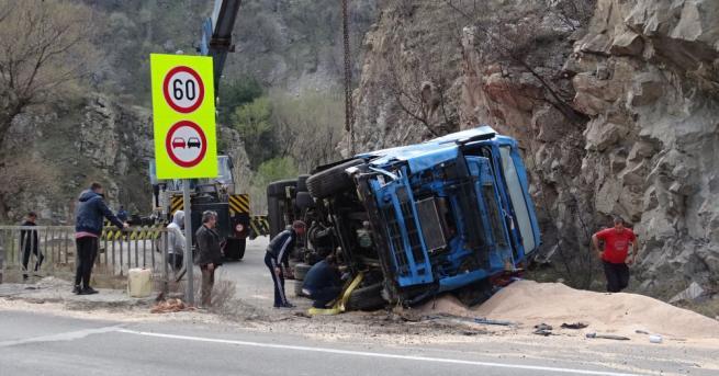 Тежкотоварен камион, превозващ фураж, катастрофира заради несъобразена скорост, и разпиля