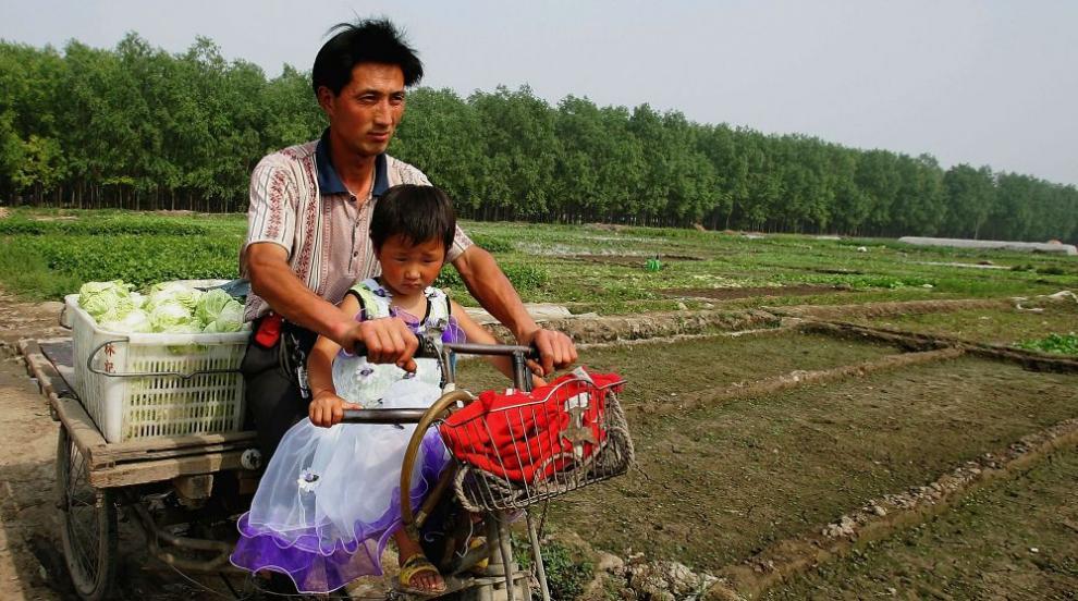 Баща продаде дъщеря си по интернет заради дългове (СНИМКИ/ВИДЕО)