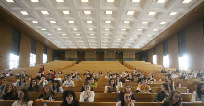 """350 кандидат-студенти пишат по темата """"За няколко лайка повече"""" на"""