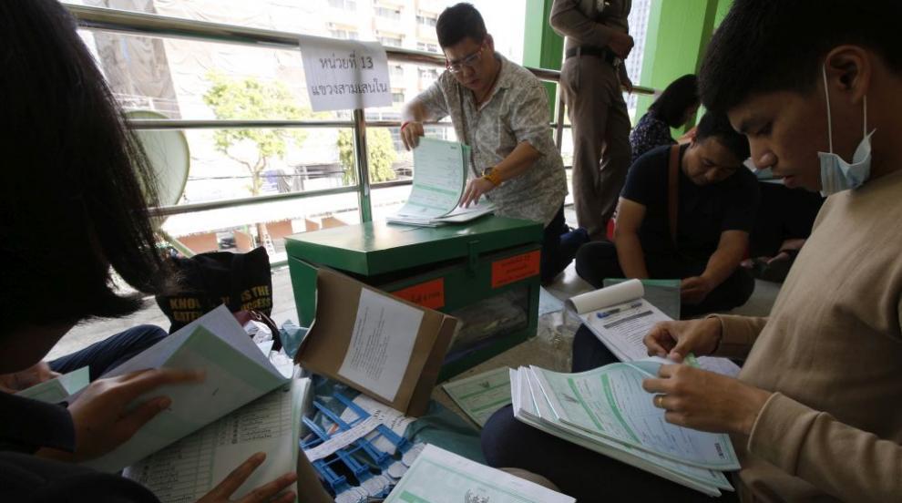Тайландският премиер игра голф, докато чака изборните резултати
