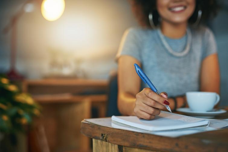 Водете си дневник на благодарността<br /> Отбелязвайте си нещата, за които сте благодарни и които са ви накарали да се усмихнете или засмеете. Може и да ви звучи глупаво, но в напрегнатото ежедневие, когато ни се струпват десетки задължения и не всичко върви по план, често сме склонни да виждаме само негативното и да тръгваме бавно, но уверено към пътя на депресията. Д-р Мартин Селигман, бащата на съвременната позитивна психология, създава просто упражнение за това. Започнете да водите дневник, в който всеки ден да си записвате 3 хубави неща, които са ви се случили. Изследване върху ефекта на това упражнение открива, че само след седмица на практикуване, хората са по-позитивни и по-малко депресирани за месеци напред.