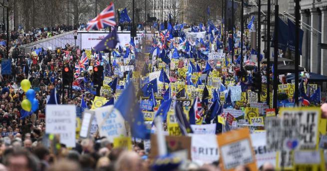 Стотици хиляди британци протестираха срещу Брекзит по улиците на Лондон