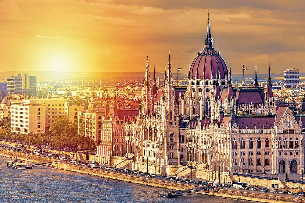 Столицата на Унгария е съставена от два исторически града – Буда и Пеща, разположени на двата бряга на река Дунав. Със своята богата история, Будапеща може да предложи много атрактивни забележителности, които да разгледате