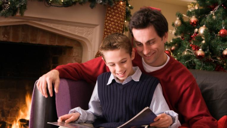 баща дете син Коледа четене книга приказка