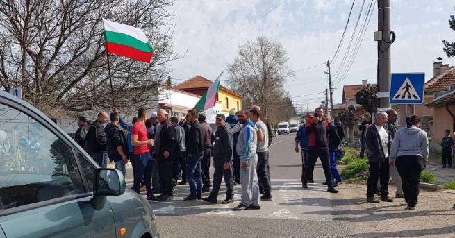 Снимка: Село Конуш на протест за ремонт на улици
